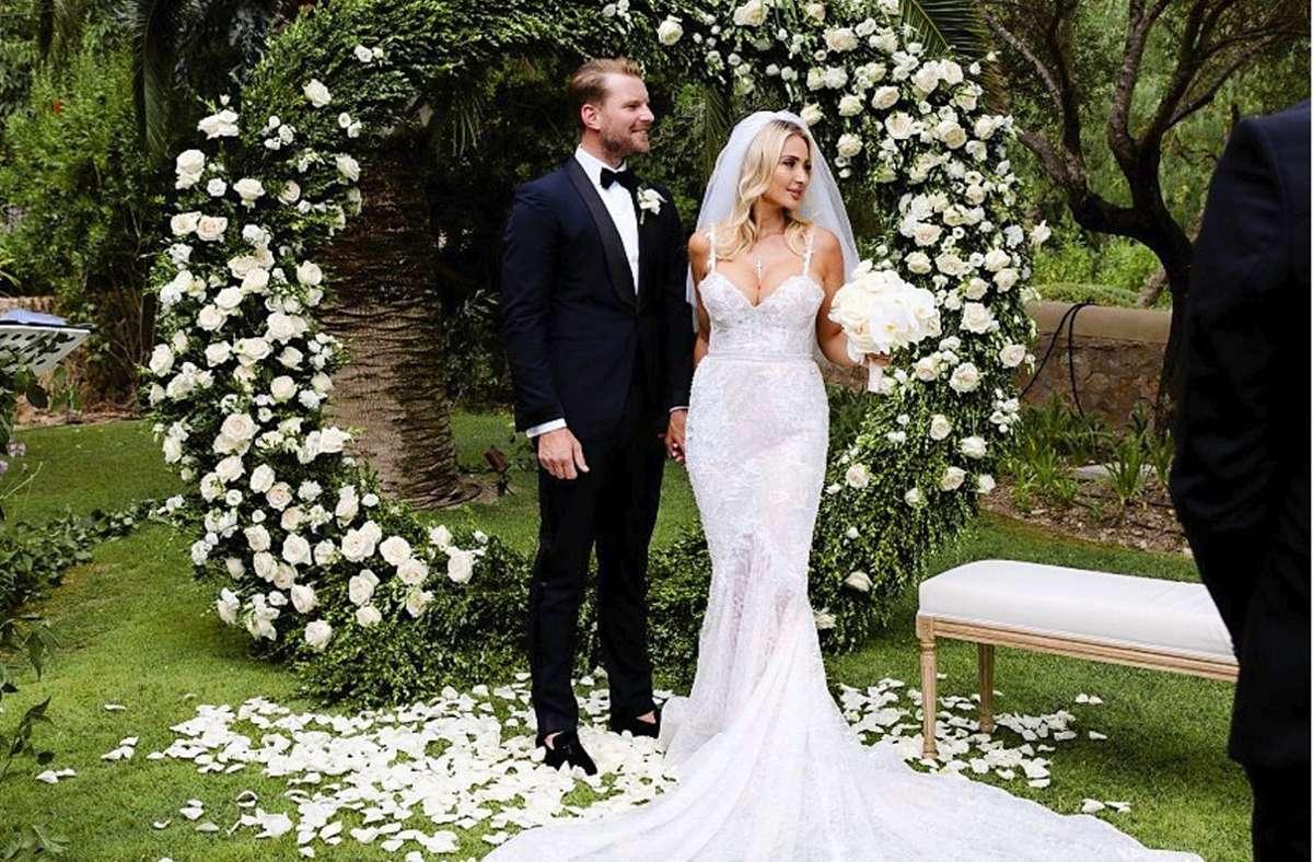 Das Brautpaar umrahmt von weißen Rosen Foto: Wedding Novelle/Sophia Noelle