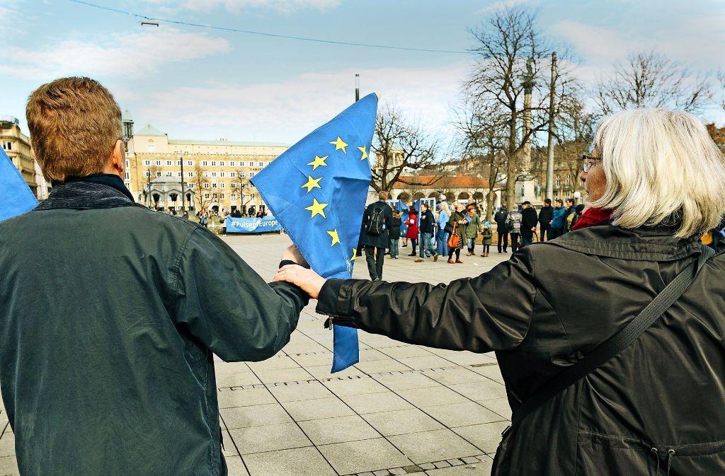 Die Teilnehmer setzen sich für Demokratie ein: Künftig will man sich jeden Sonntagnachmittag auf dem Schlossplatz treffen. Foto: Lichtgut/Verena Ecker