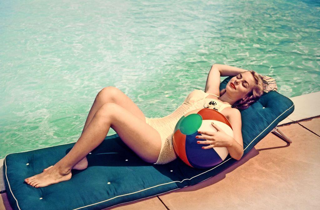 Posen am Pool: Amerikanerin beim Sonnenbaden in den fünfziger Jahren. Foto: H. Armstrong Roberts/Getty Images