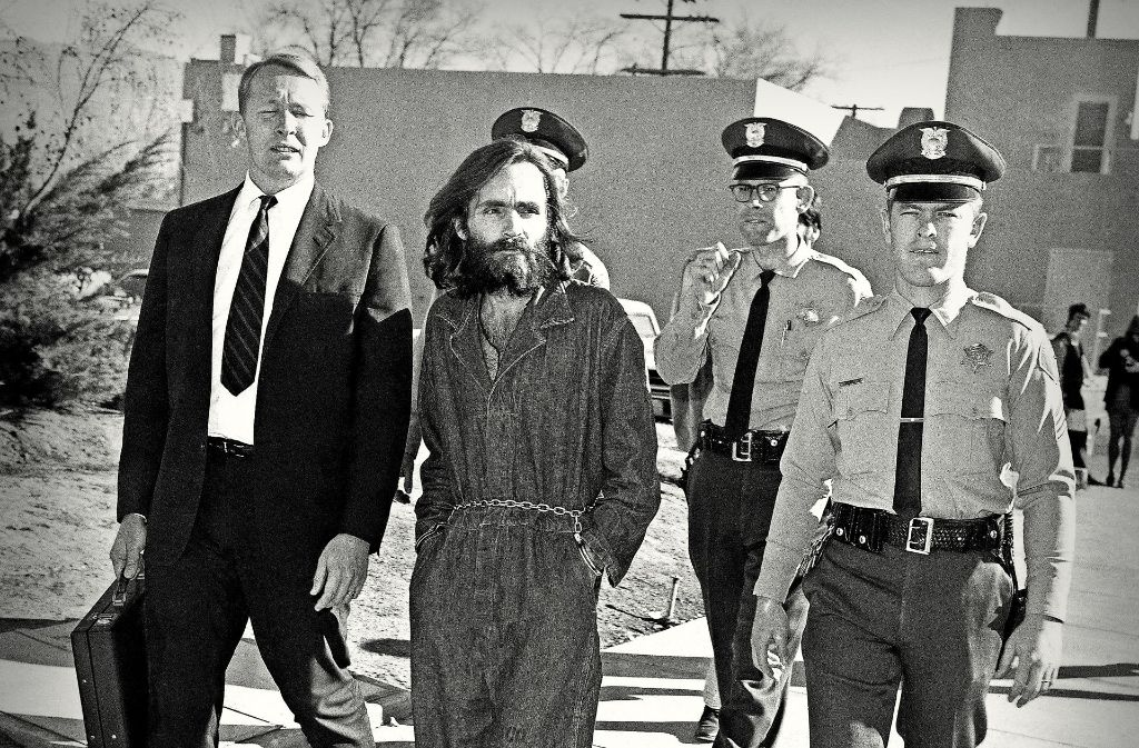 Charles Manson 1969 auf dem Weg zur Gerichtsverhandlung. Foto: AP