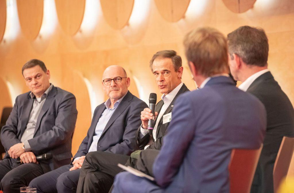 Bosch-Chef Volkmar Denner (dritter von links) beteiligte sich in Stuttgart an einer Debatte der Grünen über die Zukunft der Mobilität.  Links neben ihm: Landesverkehrsminister Winfried Hermann. Foto: Lichtgut/Julian Rettig
