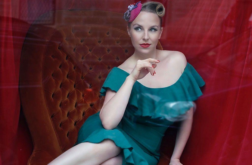 Schmachtfetzen ist ihr Laden, Burlesque ihre Leidenschaft: Johanna Hellmich. Foto: Cina Uicker