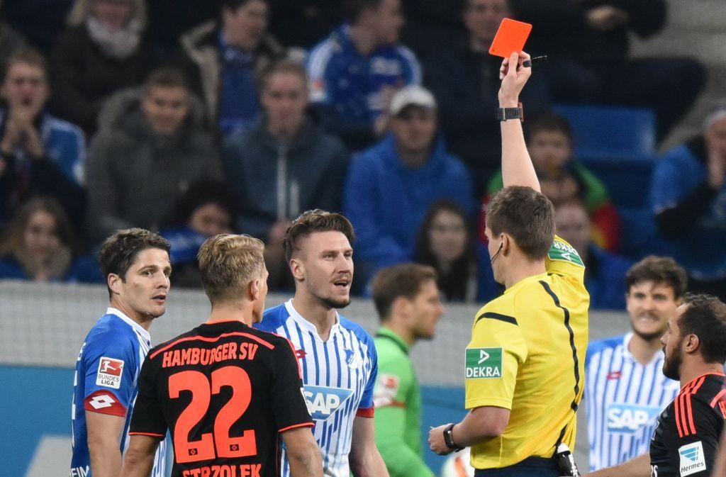 Ein Schiedsrichter zückt die rote Karte – später wird das öfter ein Fall für Sportrichter. Foto: dpa