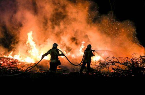 Abfälle angezündet und Flächenbrand ausgelöst