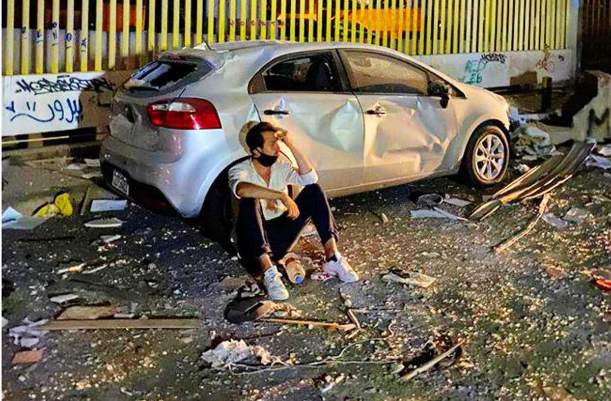 Der Stuttgarter Serkan Eren versucht am 4. August 2020 im zerstörten Beirut Kraft zu schöpfen. Foto: Thore /Schröder