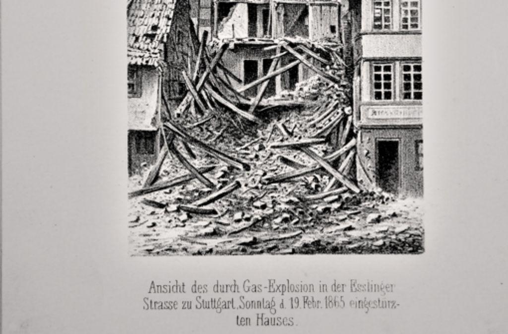 Katastrophentourismus gab es  damals schon:  Diese Ansicht des zerstörten Hauses konnte man bald auch in der Konditorei nahe des Unglücksortes erwerben. Foto: Stadtarchiv Stuttgart