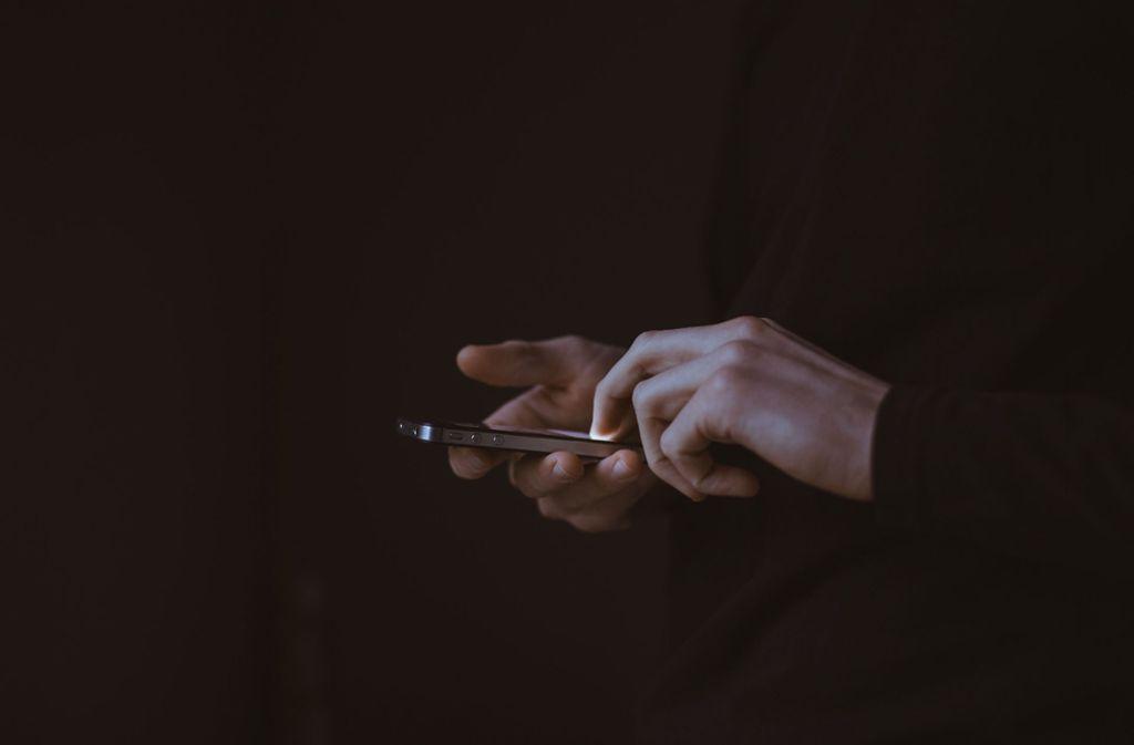 Der Mann wirft Apple Manipulation vor. Foto: Unsplash/Gilles Lambert