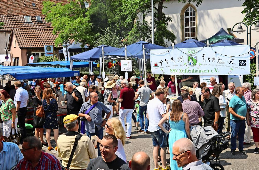 Am Samstag herrschte beim Fleckenfest ein reges Treiben – nicht nur bei der offiziellen Eröffnung. Foto: Torsten Ströbele