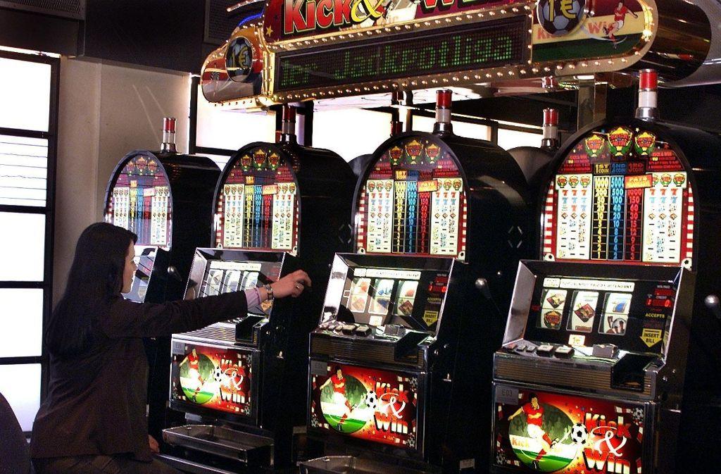 An  Spielautomaten wie diesen verzockte der Ehemann  das Einkommen  von Frau B. Foto: Kraufmann