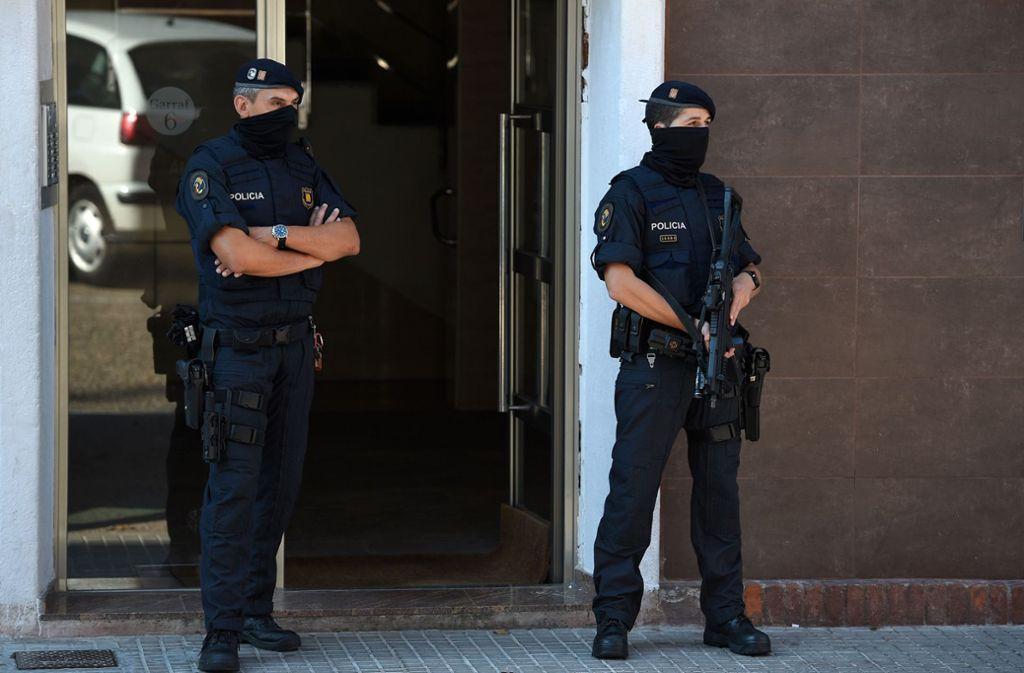 Nach der Attacke auf der Polizeiwache durchsuchte die Polizei die Wohnung des Angreifers. Foto: AFP