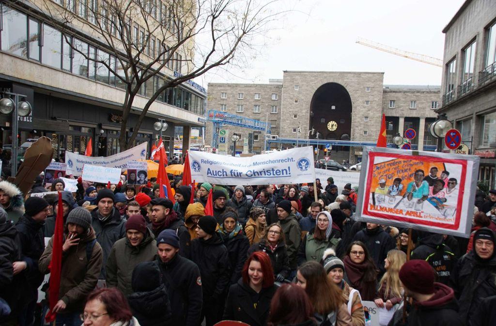 700 Demonstranten ziehen am Samstag durch Stuttgart. Foto: Andreas Rosar