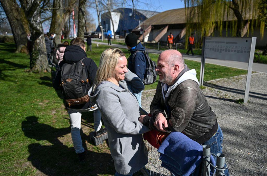 Treffen an der Grenze: Das Paar darf sich derzeit wegen der Corona-Pandemie nicht anders besuchen. Foto: dpa/Felix Kästle