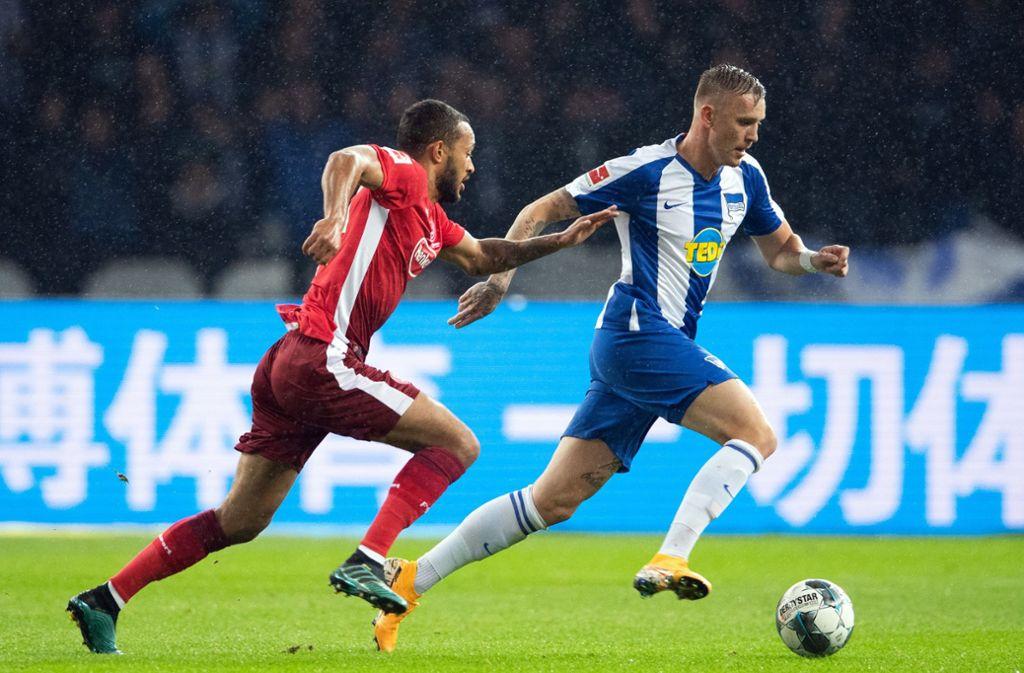 Marius Wolf (r) von Hertha gegen Lewis Baker von Fortuna Düsseldorf. Foto: dpa/Soeren Stache