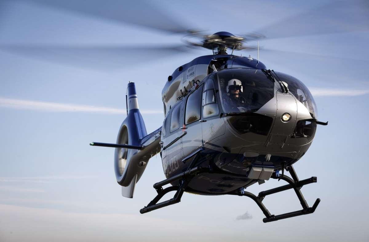 Die Polizei sucht nach zwei flüchtigen Tätern mit einem Hubschrauber. Foto: Leif Piechowski/Leif Piechowski