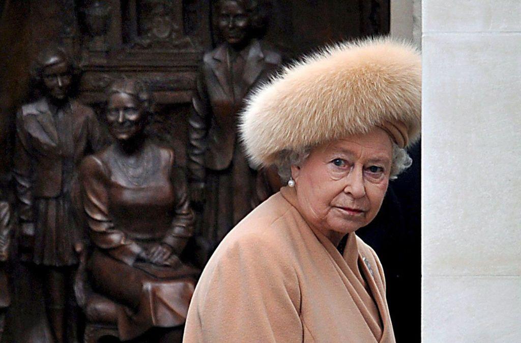 Unecht? Laut ihrer Schneiderin trägt die Queen keine echten Pelze mehr. Foto: dpa/Andy Rain