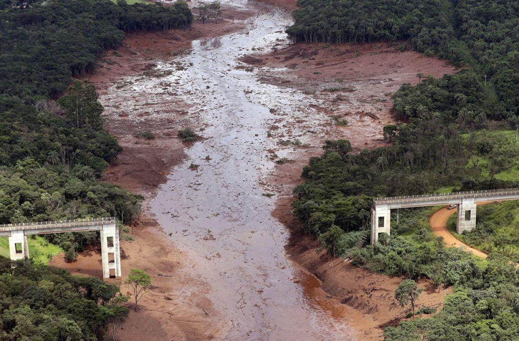 Bei dem Dammbruch an einer Eisenerzmine nahe des brasilianische Orts Brumadinho wurden am 25. Januar mehr als 300 Menschen getötet und viele Bauwerke, wie diese Brücke, zerstört. Der Tüv hatte das Bauwerk erst kurz zuvor als sicher eingestuft.Foto: dpa/A.Penner Foto: