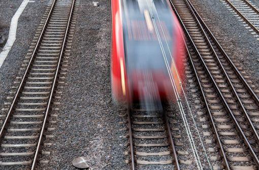 Zug mit 500 Reisenden steckt fest