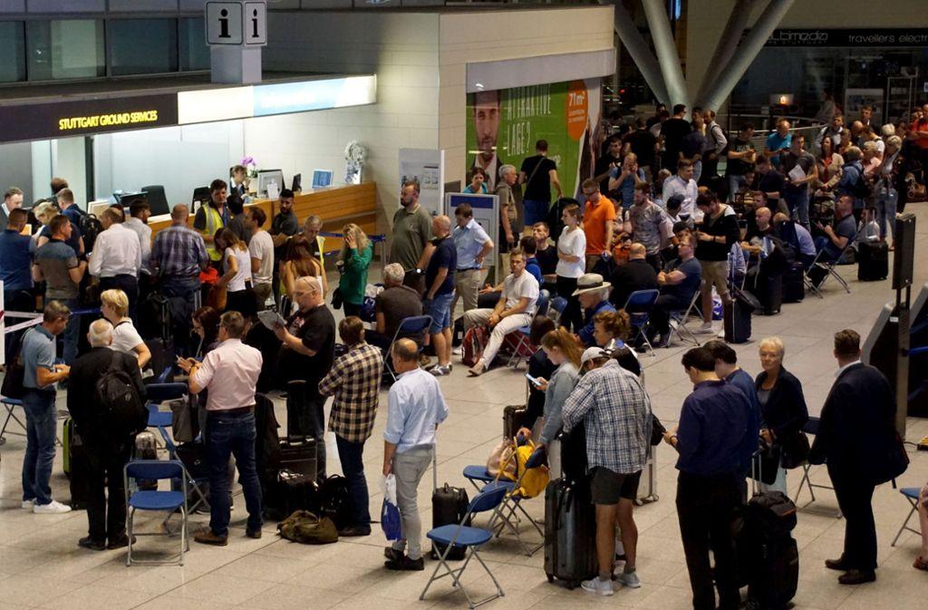 Aufgrund eines Feuerwehreinsatzes am Flughafen Stuttgart ist die Kontrolle am Terminal 1 gesperrt. (Symbolbild) Foto: SDMG