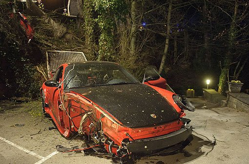 Porsche schießt Böschung hinab
