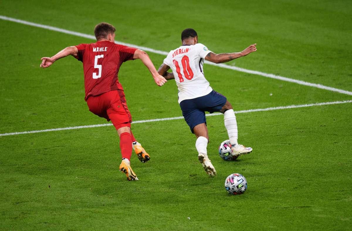Vor dem Elfmeterpfiff lag ein zweiter Ball im Spiel. Foto: imago images/PA Images/Mark Pain