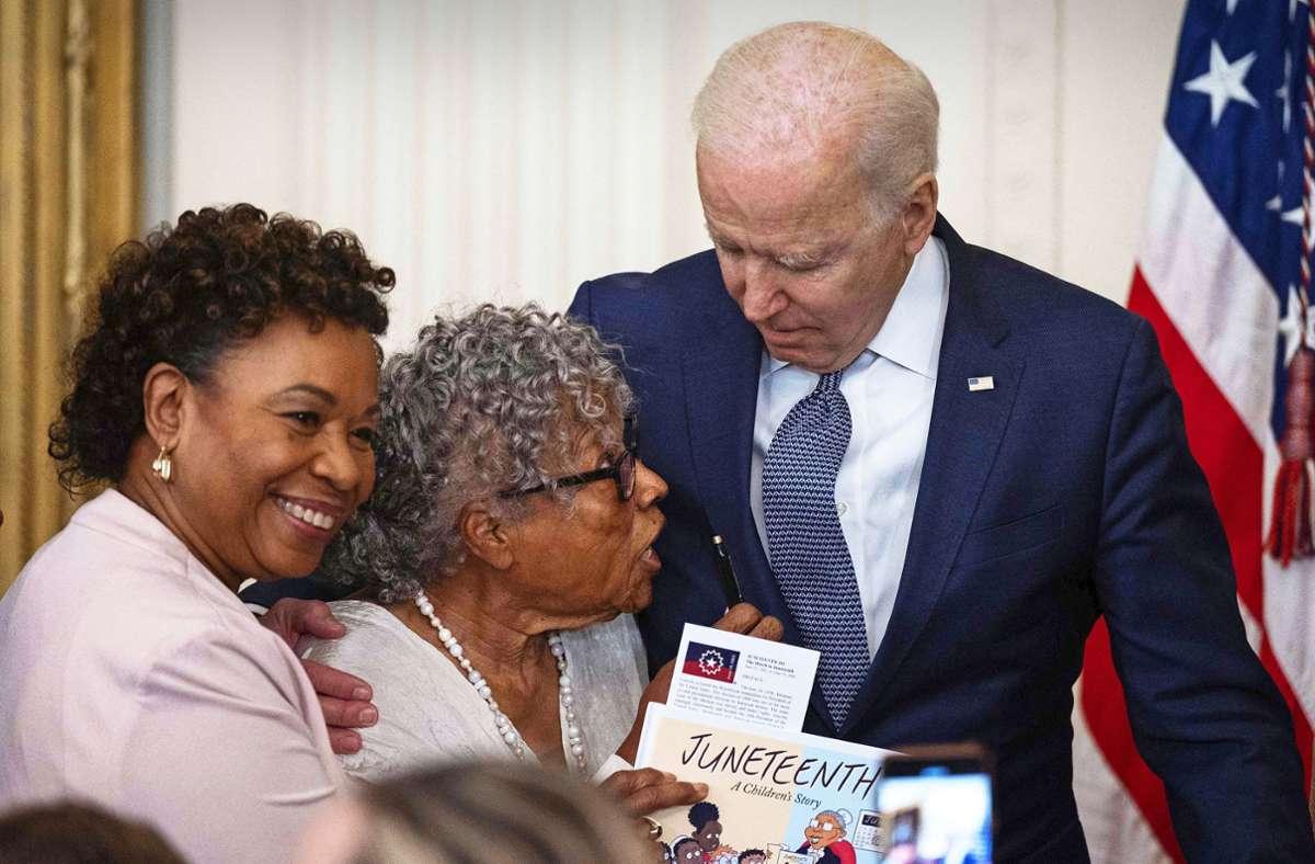 Die 89-jährige Opal Lee in den Armen des US-Präsidenten Joe Biden. Foto: AFP/Jim Watson