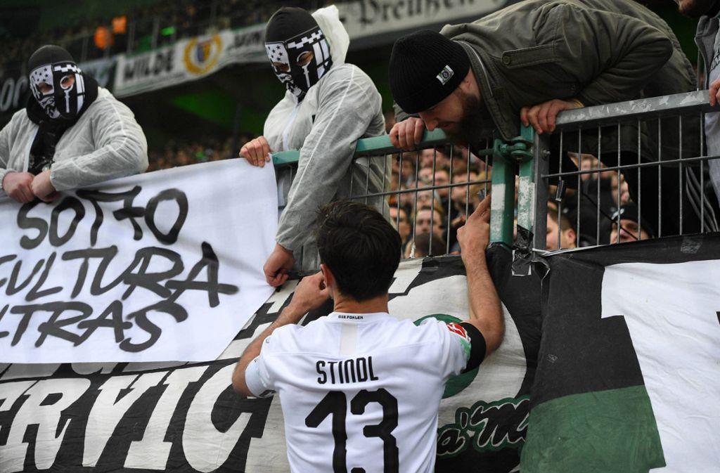 Lars Stindl ging nach dem Vorfall in die Kurve und sprach mit den Fans. Foto: imago images/Jan Huebner/Jan Huebner
