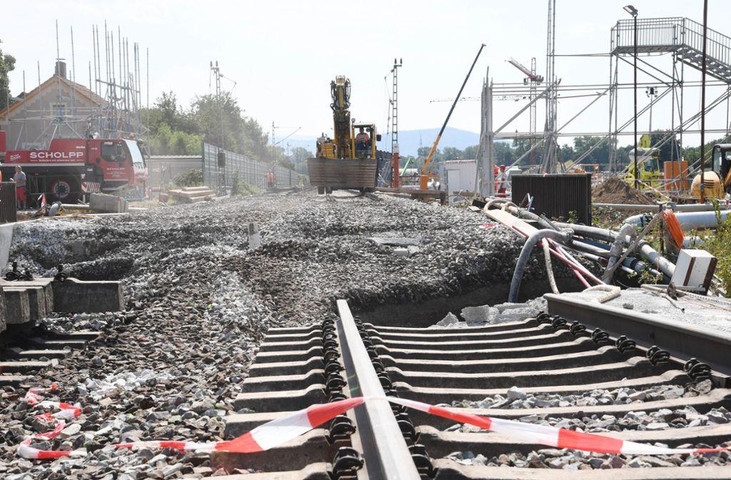 An der Baustelle des Bahntunnels finden bei Niederbühl Arbeiten statt. Dort haben sich Bahngleise abgesenkt. Foto: dpa