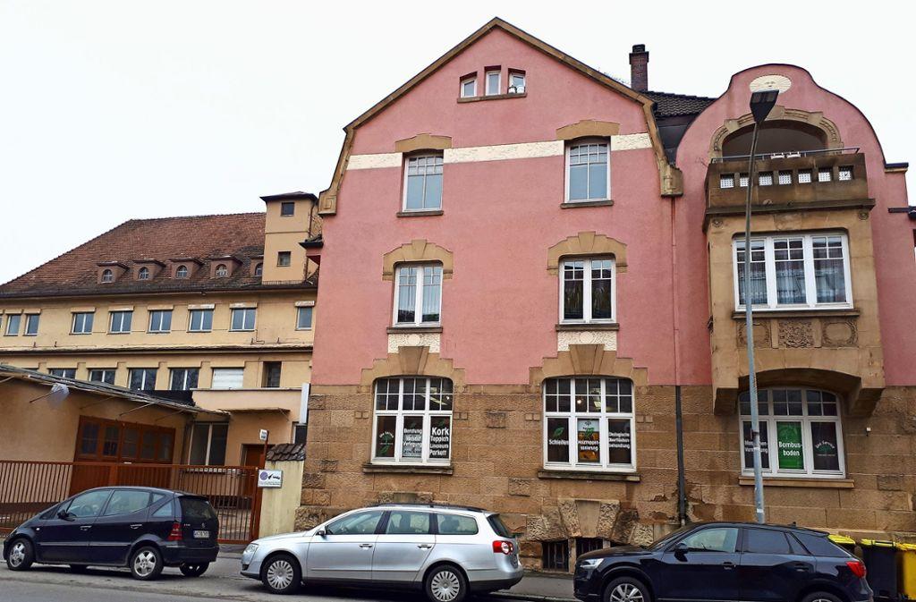 Das neue Bauvorhaben nahe des Fellbacher Bahnhofs ist  links neben dem roten Gebäude Ringstraße 6, zu dem früher die Ring-Wäscherei gehörte. Foto: Dirk Herrmann