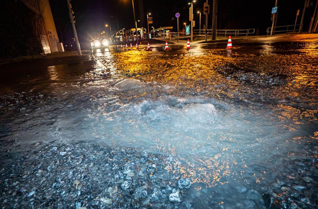 Ein Wasserrohrbruch überschwemmt die Haldenrainstraße in Stuttgart-Rot. Foto: 7aktuell.de/Alexander Hald