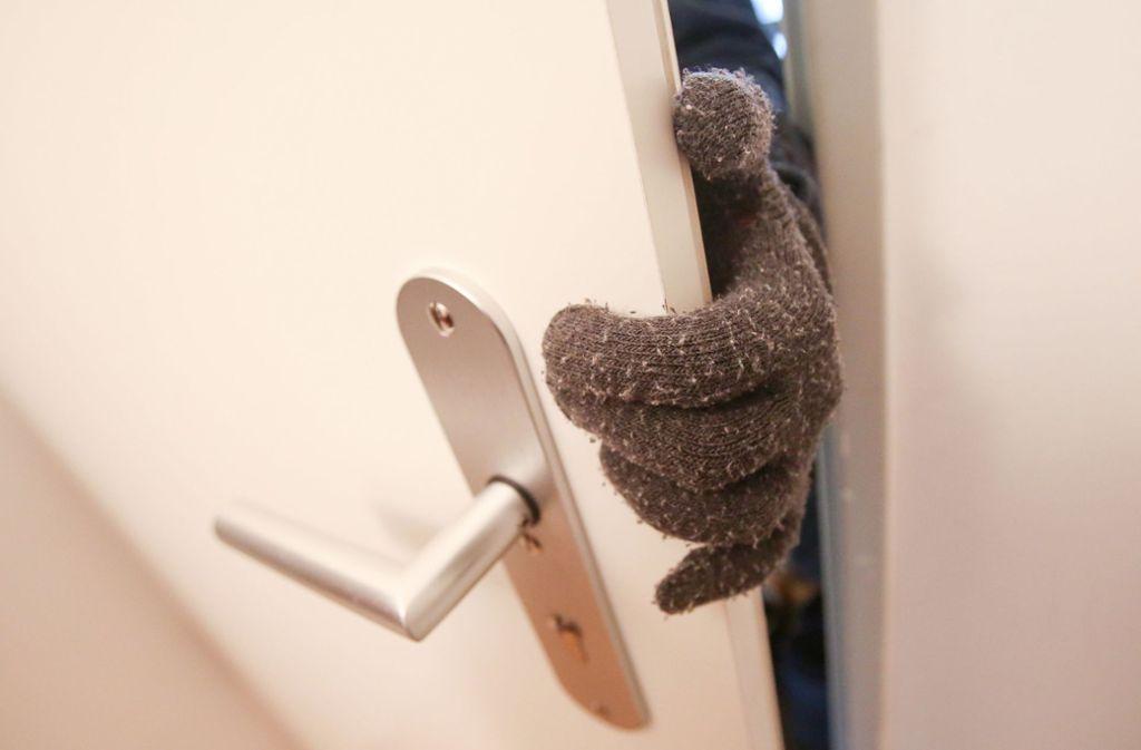 Wer kommt da durch die Wohnungstür? Einbrecher haben derzeit Hochkonjunktur. Foto: dpa/Bodo Marks
