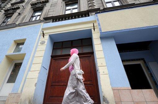 Am Eingangsbereich der Baitul-Muhtadin-Moschee in Wien läuft eine Frau mit Kopftuch vorbei. Über das neue Islamgesetz in Österreich scheiden sich die Geister. Foto: epa APA