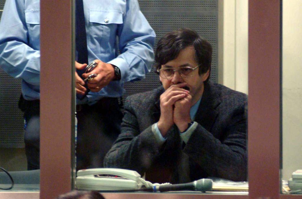 Das Foto von 2004 zeigt den Kinderschänder und Mörder Marc Dutroux bei der Verlesung seines Urteils. Es lautete auf lebenslängliche Haft. Foto: