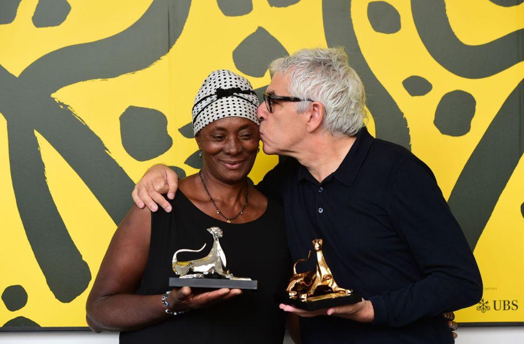 Preisträger unter sich: Vitalina Varela mit dem Regisseur Pedro Costa, dessen Film mit dem Goldenen Leoparden ausgezeichnet wurde. Foto: Getty Images