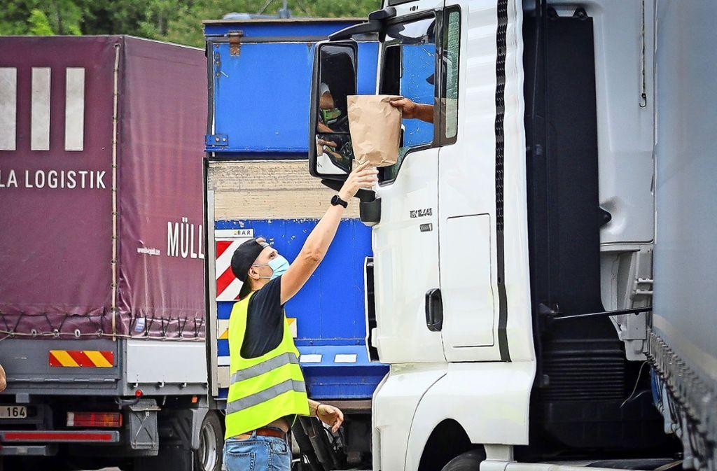 Die Lastwagenfahrer haben auch in  der Hochphase der Corona-Krise den Nachschub an Nudeln und Klopapier gesichert. Dafür erhalten sie ein kleines Präsent. Foto: factum/Simon Granville