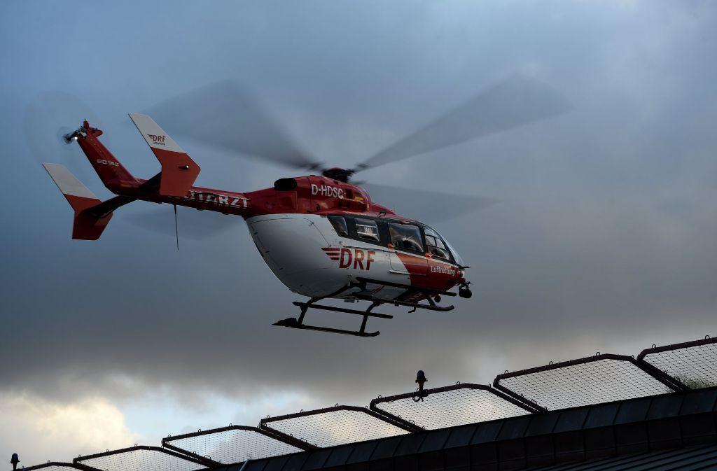 Der 21-Jährige wurde mit einem Rettungshubschrauber in eine Klinik geflogen. (Symbolbild) Foto: dpa