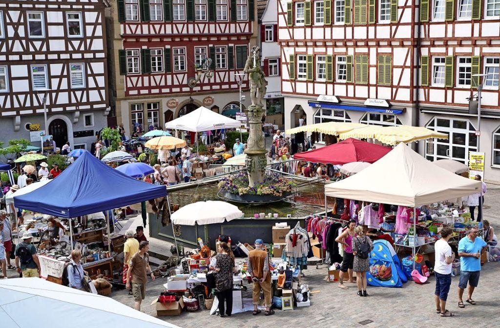 Stöbern, handeln, Schätze entdecken im wunderschönen Ambiente des historischen Marktplatzes. Foto: