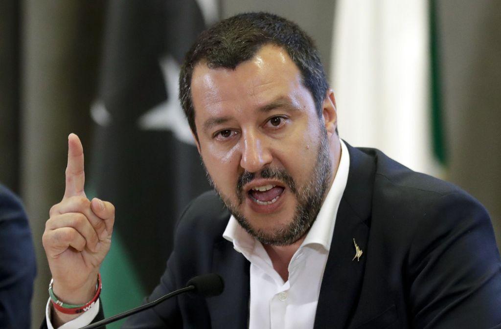 Innenminister Matteo Salvini gibt sich weiterhin selbstbewusst und reagiert trotzig auf die Ermittlungen. Foto: AP