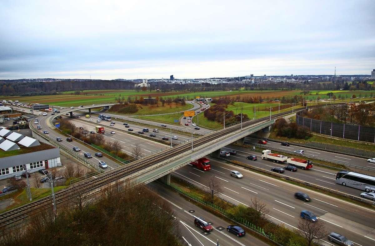 Dieses Bild ist zwölf Jahre alt. Die Probleme an diesem Knotenpunkt A8/ Nord-Süd-Straße haben sich seitdem verschärft: Immer wieder staut sich der Verkehr. Foto: Archiv/ Alexandra Kratz