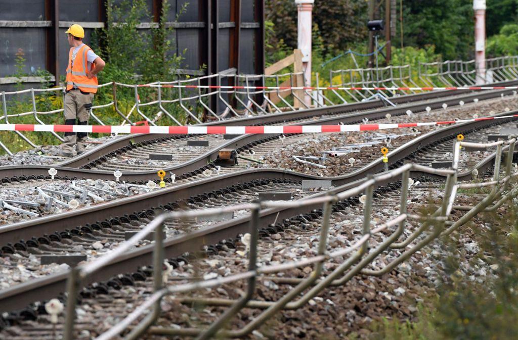 An der Tunnel-Baustelle in Rastatt Niederbühl, an der sich zuvor Bahngleise abgesenkt hatten, sind die verbogenen Gleise abgesperrt. (Archivfoto) Foto: dpa