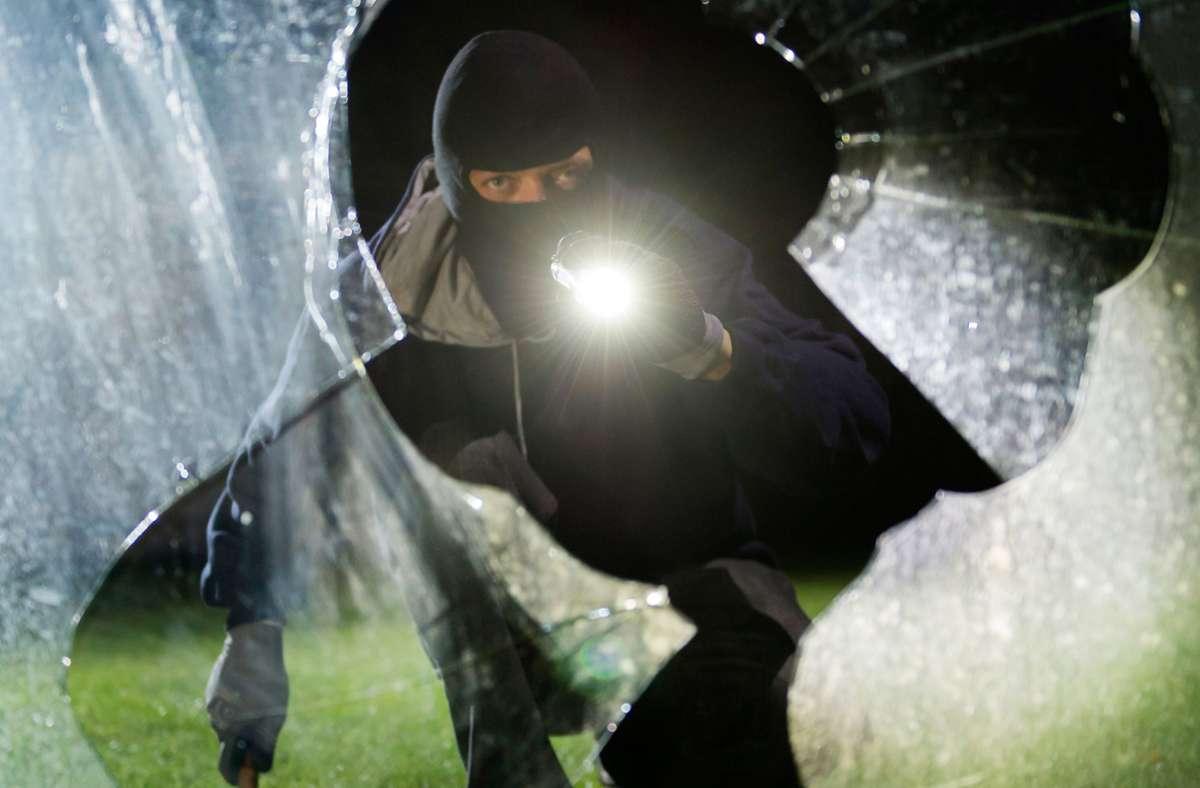 Die Täter schlugen eine Schaufensterscheibe ein. (Symbolbild) Foto: dpa/Daniel Maurer