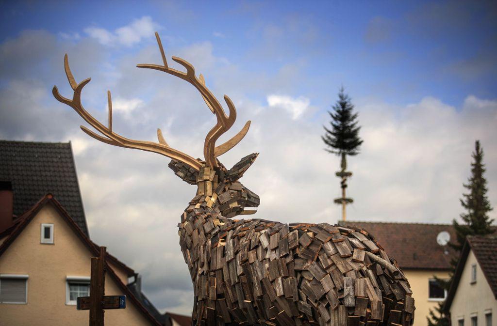 Der Hirsch aus alten Paletten und Gartenzaunresten darf so lange in Urbach stehen bleiben, wie es die Statik erlaubt. Foto: