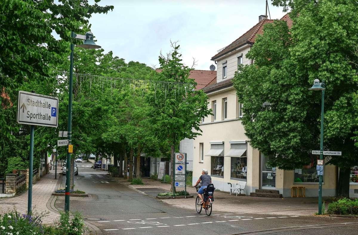 Das Gebäude rechts wird wohl im Winter abgerissen. Dafür bleibt die Winterlinde an der Ecke stehen. Foto: Simon Granville