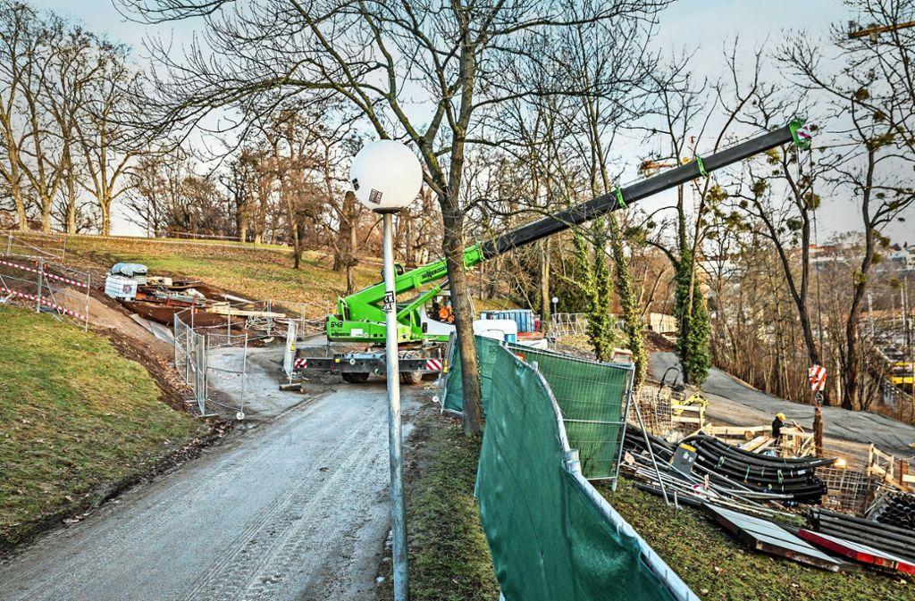 Die Arbeiten  laufen: Unterhalb des Zanthwegs  liegt hinter dem Bauzaun das Gebiet, in  dem die Bäume fallen sollen. Foto: Lichtgut/Julian Rettig
