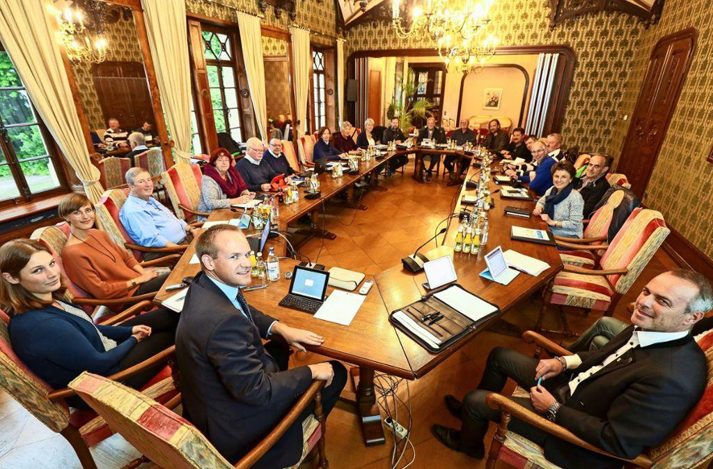 18  Frauen und Männer hat der Hemminger Gemeinderat. An der Spitze sitzt der Bürgermeister  Thomas Schäfer (CDU, vorne links im Bild), rechts ist der Hauptamtsleiter Ralf Kirschner. Foto: factum/