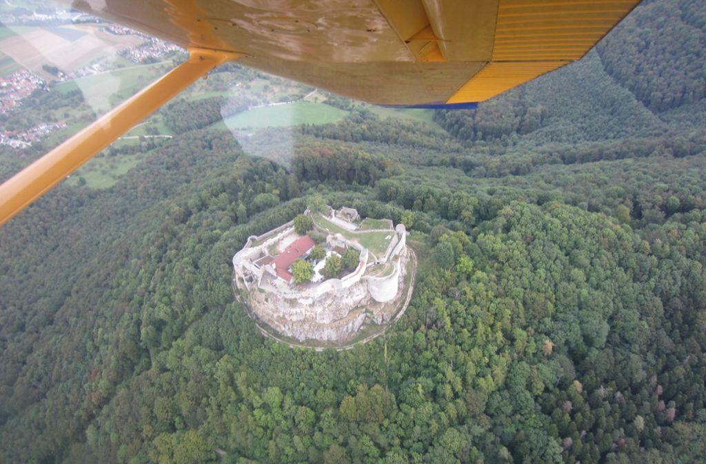 Die Heimat aus der Vogelperspektive: bei einem Rundflug kann man auch die  Burg Hohenneuffen von oben bewundern. Foto: V. Andreas
