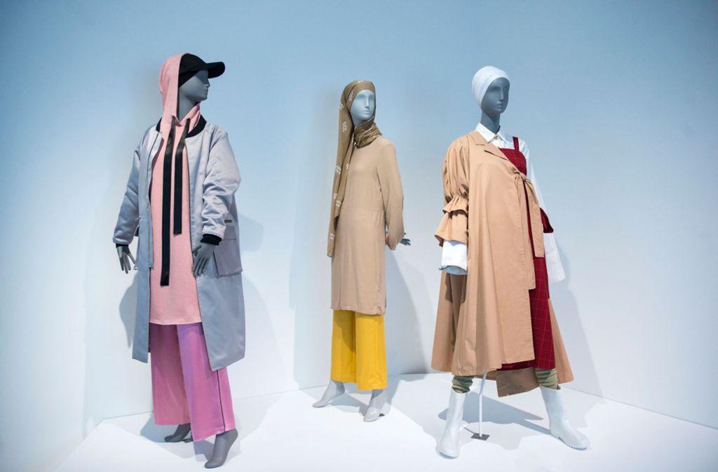 """Zu sehen sind vor allem Kleiderpuppen mit Mode, die international als """"modest fashion"""" bezeichnet wird. Foto: epd"""