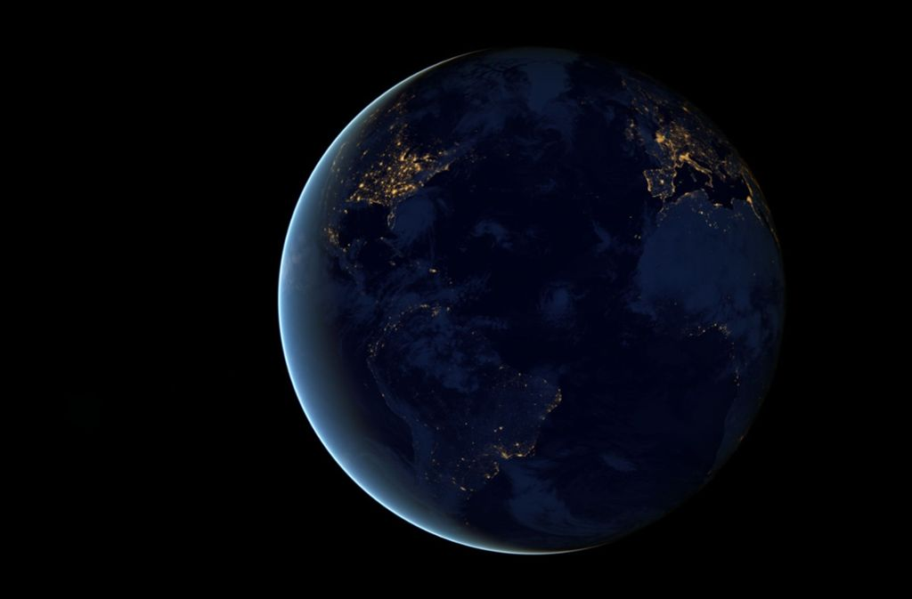 """Diese Ansicht, von den Wissenschaftlern bei der NASA liebevoll die """"schwarze Murmel"""" genannt, entstand 2012 aus  Aufnahmen des Satelliten Suomi NPP. Er brauchte  300 Umrundungen, um die notwendigen Daten zu sammeln. Foto: NASA Earth Observatory"""