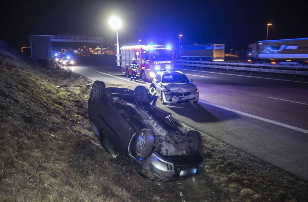 Der Fiat liegt nach dem Unfall auf der A8 auf dem Dach. Foto: 7aktuell.de/Simon Adomat