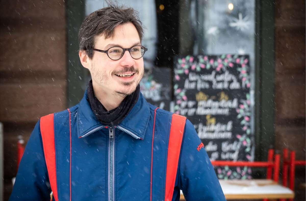 """Fabian Neidhardts Roman """"Immer noch wach"""" spielt in Stuttgart. Vorbild für das Café im Buch war die """"Metzgerei"""" am Stuttgarter Bismarckplatz, die hier im Hintergrund zu sehen ist. Foto: Lichtgut/Achim Zweygarth"""