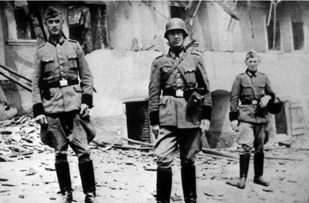 Vor den Trümmern des Dorfs Lidice posieren jene, die Himmlers Vernichtungsbefehl umgesetzt haben. Foto: dpa